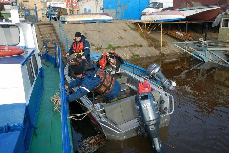 Отправляемся со спасателями вверх по реке - отвязываем катер