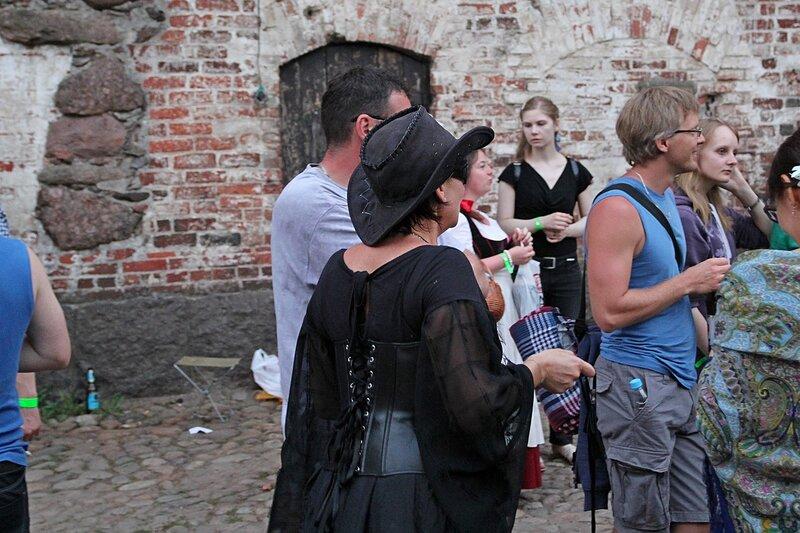 дама в маске и чёрной шляпе на фестивале «Майское дерево 2014»