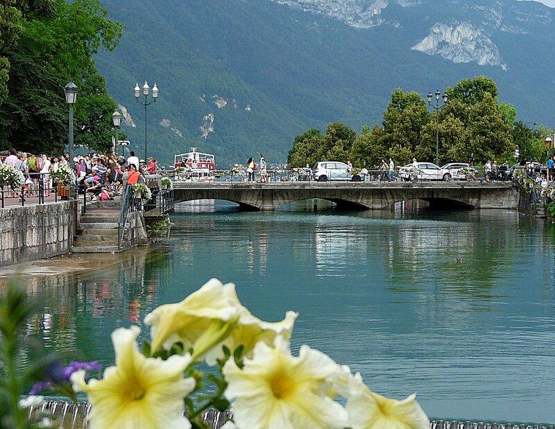 Один из каналов города.