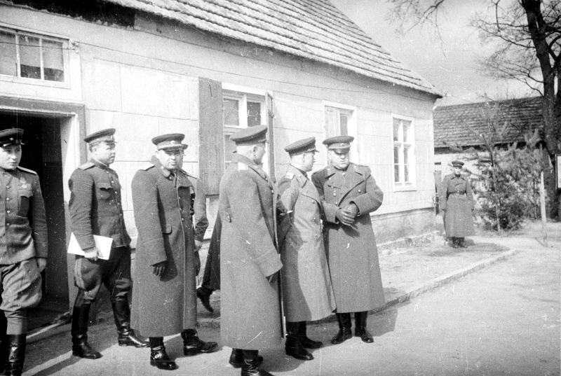 15-Г.К. Жуков с высшими советскими офицерами в немецком городке.jpg