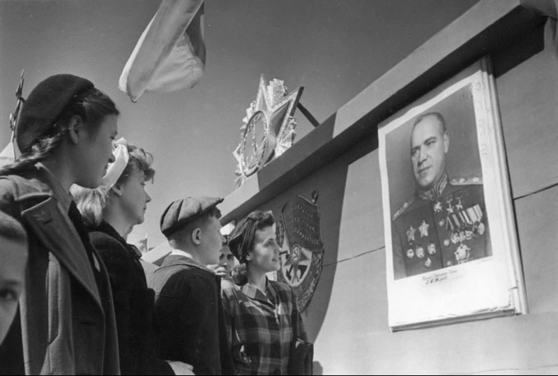 21-Москвичи перед портретом маршала Г.К. Жукова. 1 мая 1945 г.jpg
