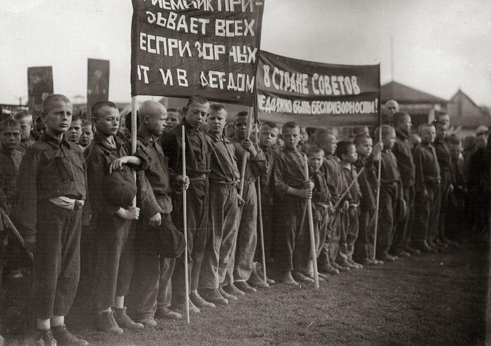 1925. Беспризорники на параде.