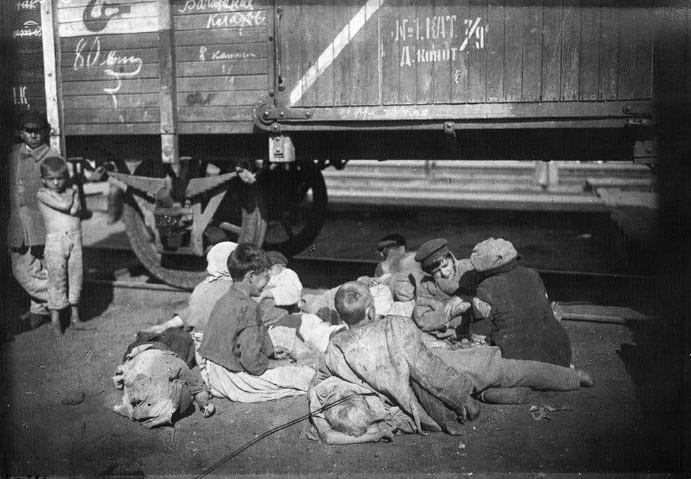 1920. Беспризорные и голодающие дети на Николаевском вокзале, Москва