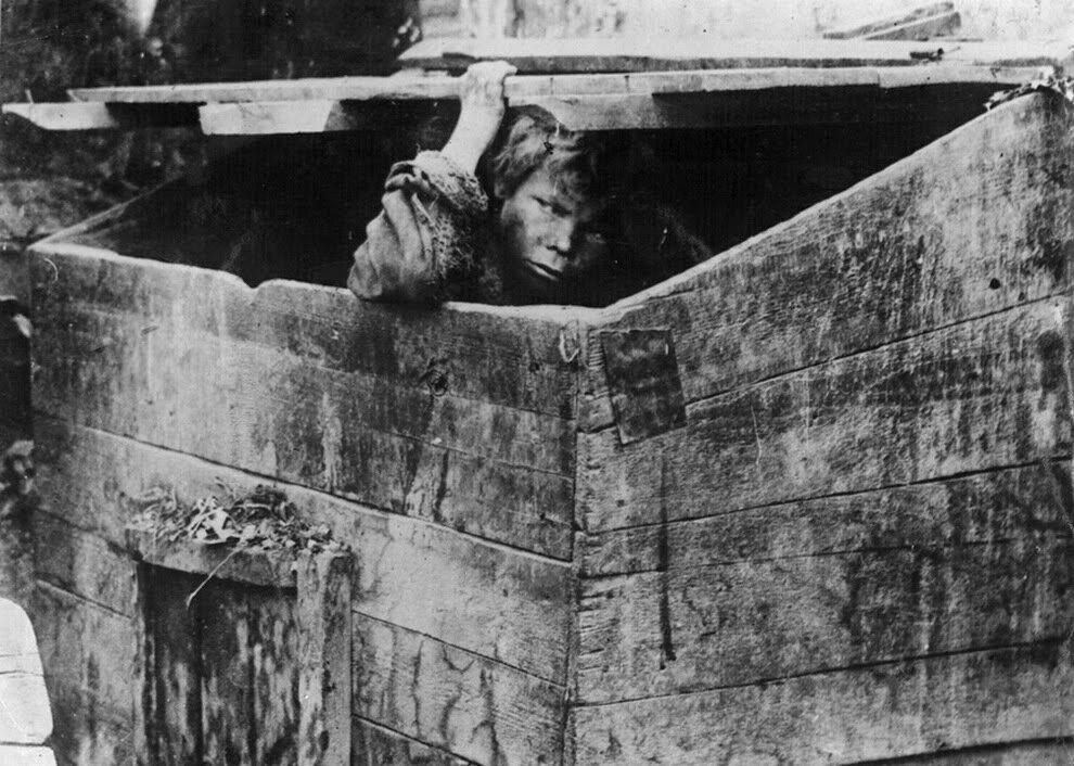 1928. Мусорный ящик – жилище беспризорных. Одесса