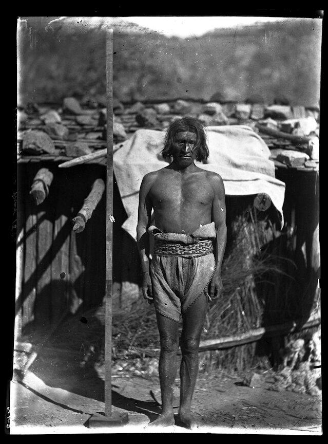 1893. Индейцы племени тепехуана, Мужчина возле измерительной рейки
