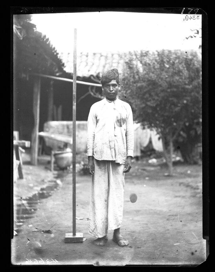 1893. Мужчина из племени ацтеков возле мерной рейки. Халиско