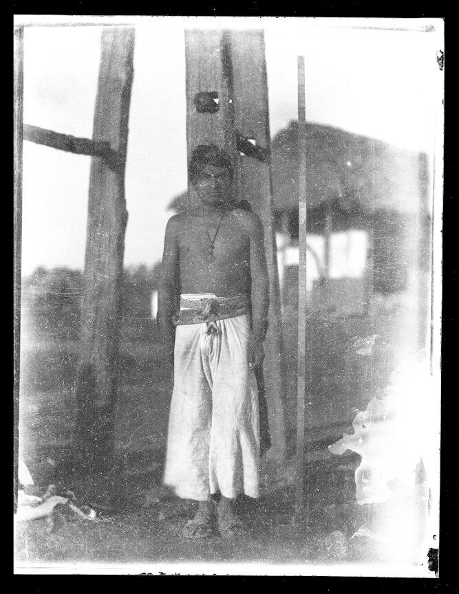 1895. Племя кора из группы гуайкура. Мужчина возле мерной рейки. Санта-Тереза, Дуранго
