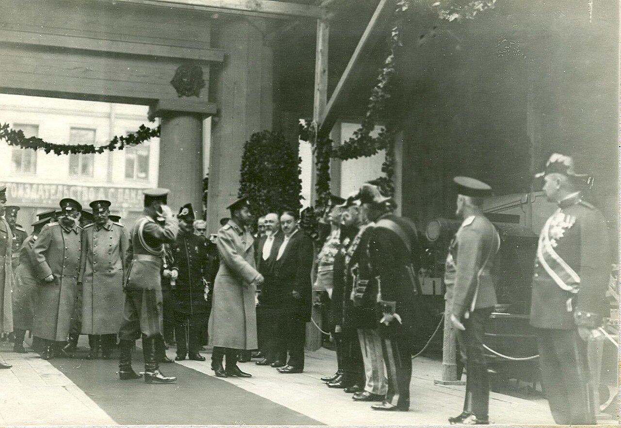 05. Группа посетителей в выставочном зале за осмотром выставки  в центре - император Николай II