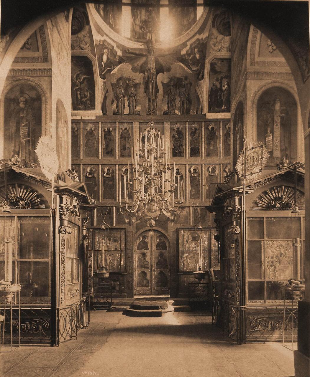 Вид части иконостаса и царских врат в приделе церкви Рождества Христова