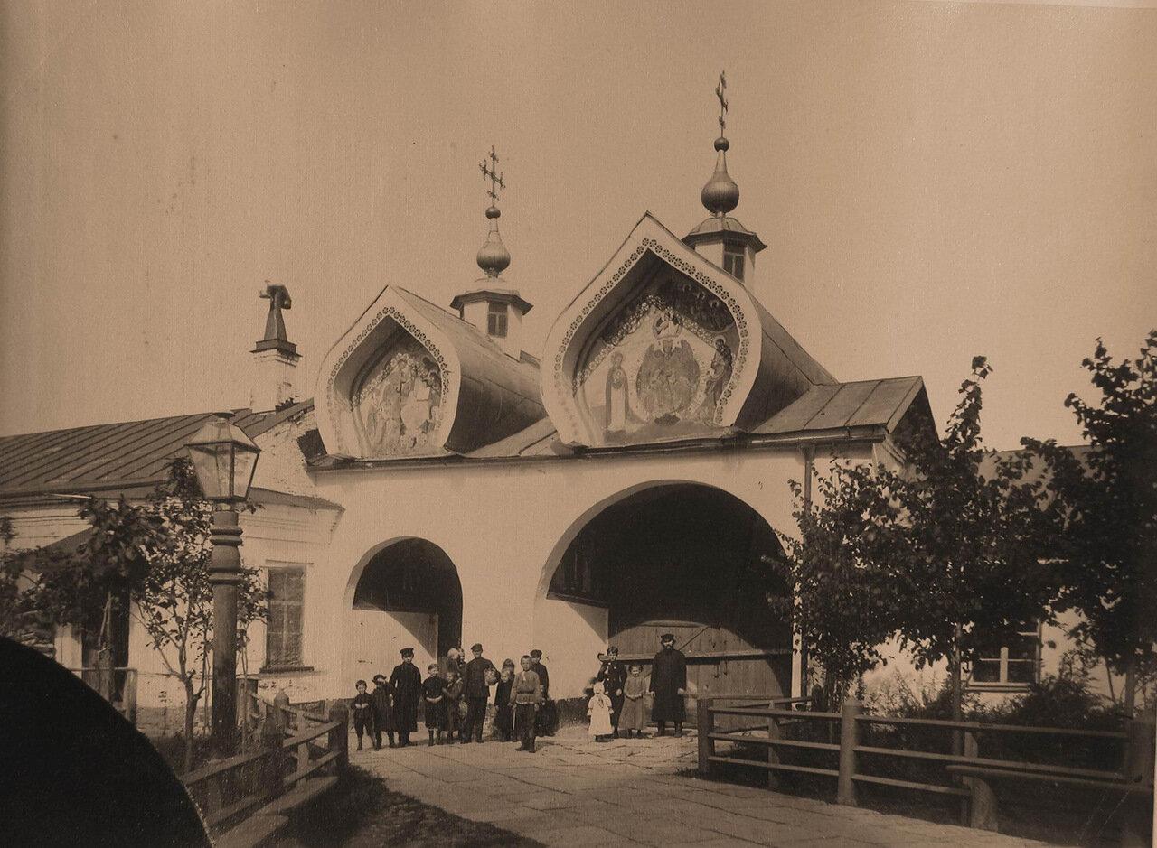 Вид на Святые ворота Знаменского собора