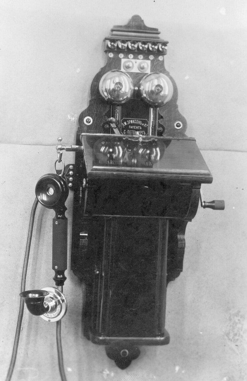 34. Внешний вид стенного телефонного аппарата с коммутатором, индукторным и фоническим вызовом, служащего при установке промежуточной станции двухпроводной системы