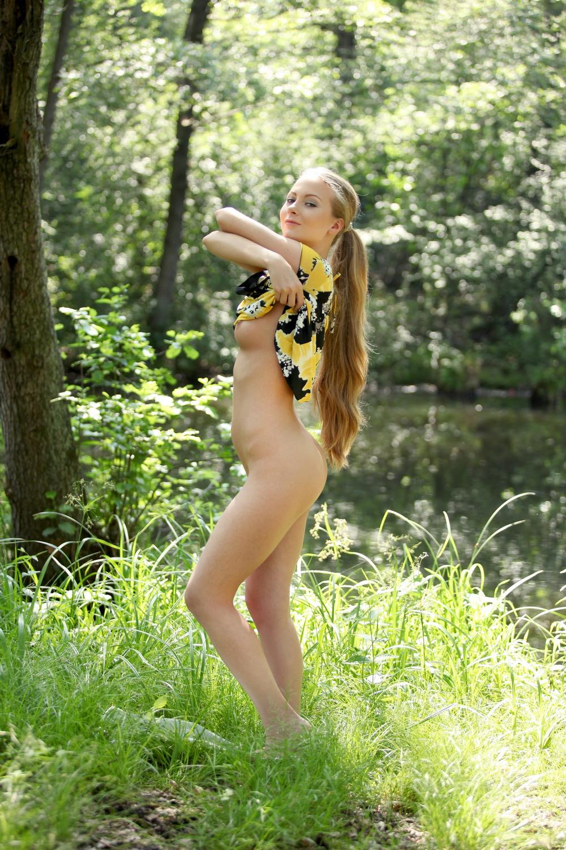 Frances разделась в лесу