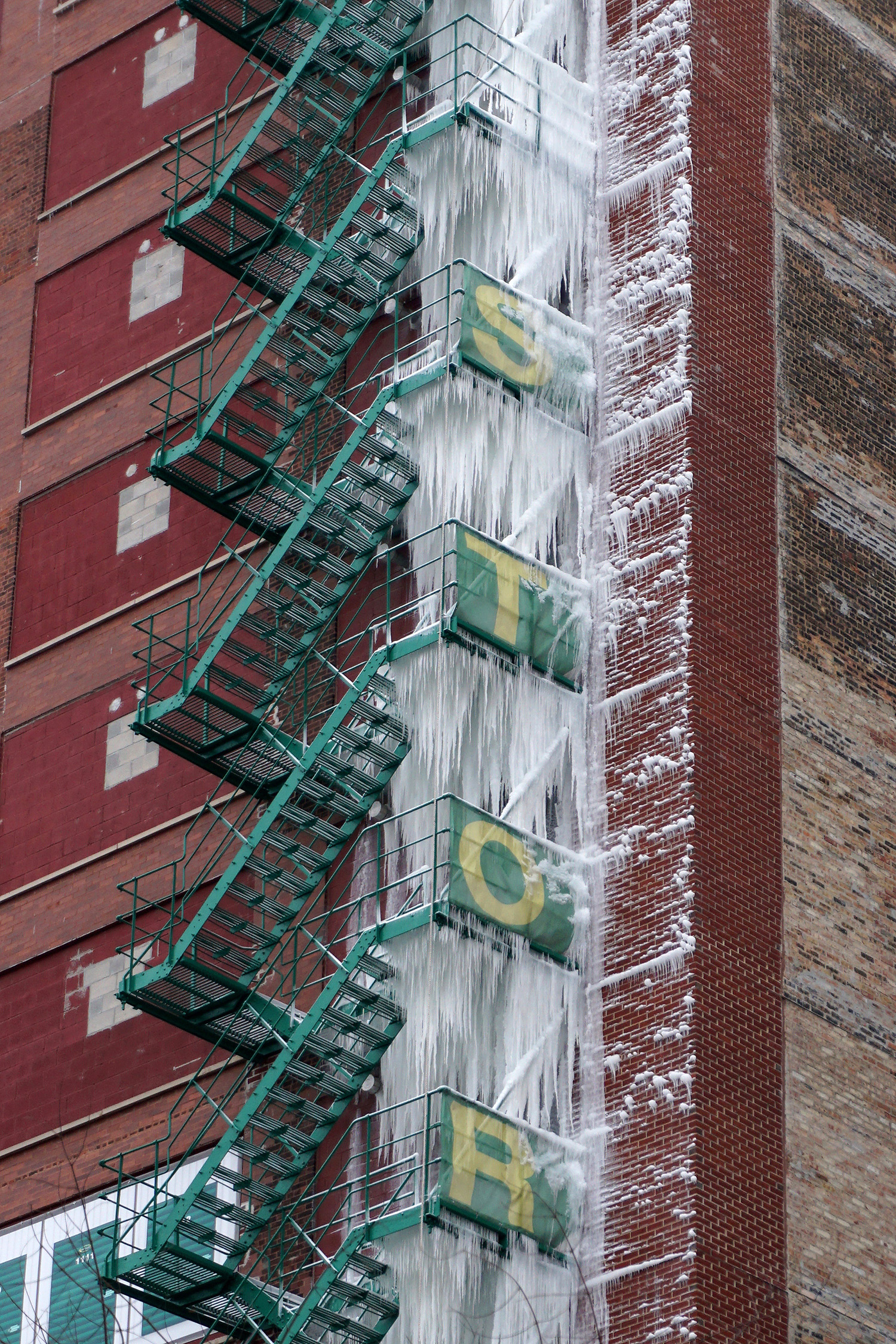 A Top Floor Sprinkler Leak Creates a 21-Story Tower of Icicles on a Chicago Fire Escape (6 pics)