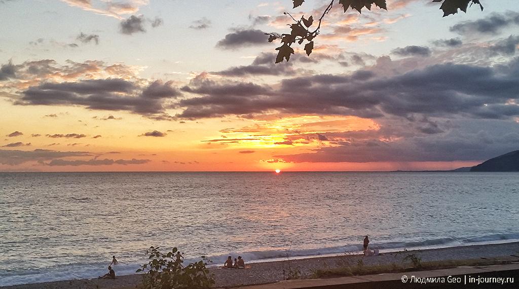 закат над Черным морем в Гагре фото