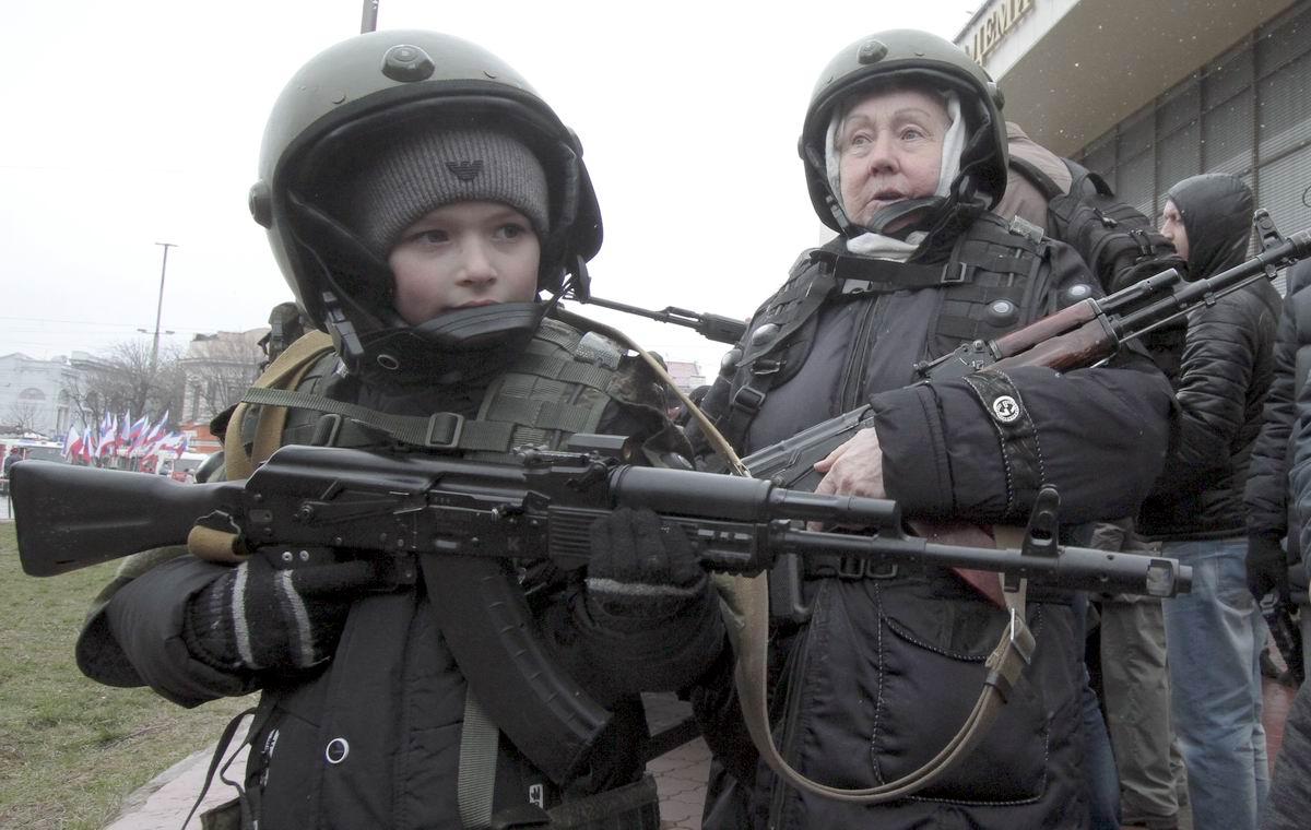 Враг здесь не пройдет: Бабушка и внучек в полной боевой экипировке
