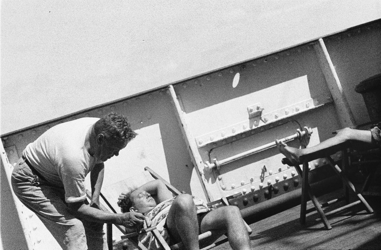 Атлантический круиз. Бразилия. Два члена экипажа на палубе