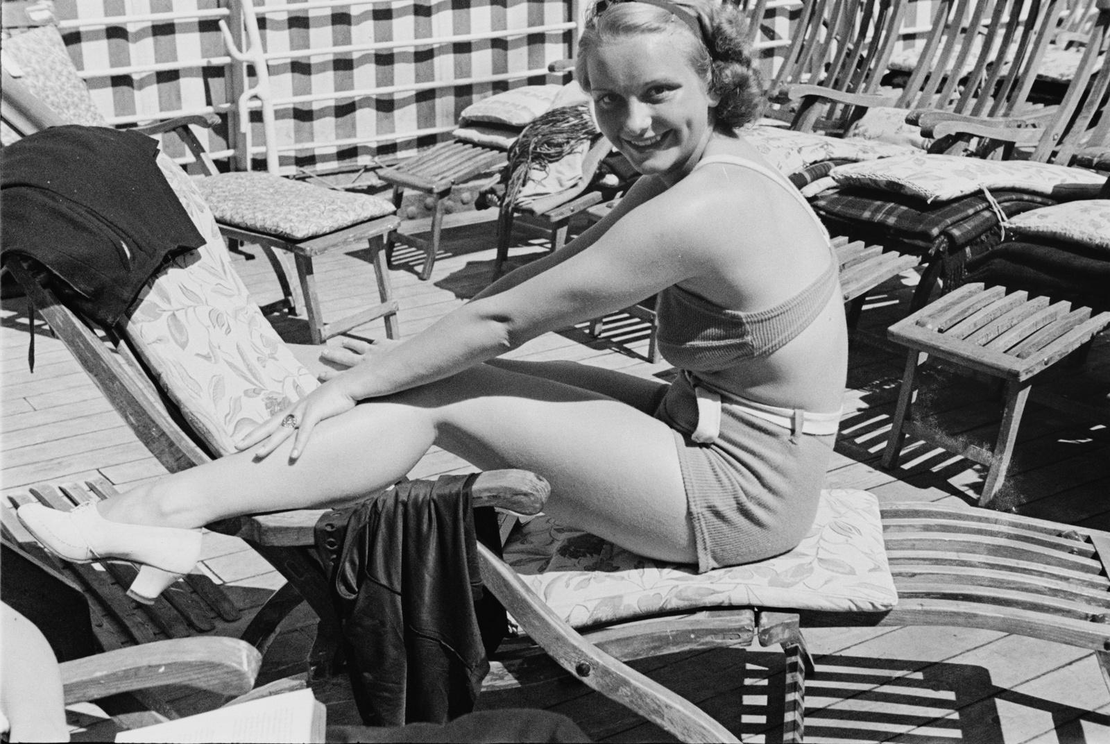 Молодая женщина в купальнике