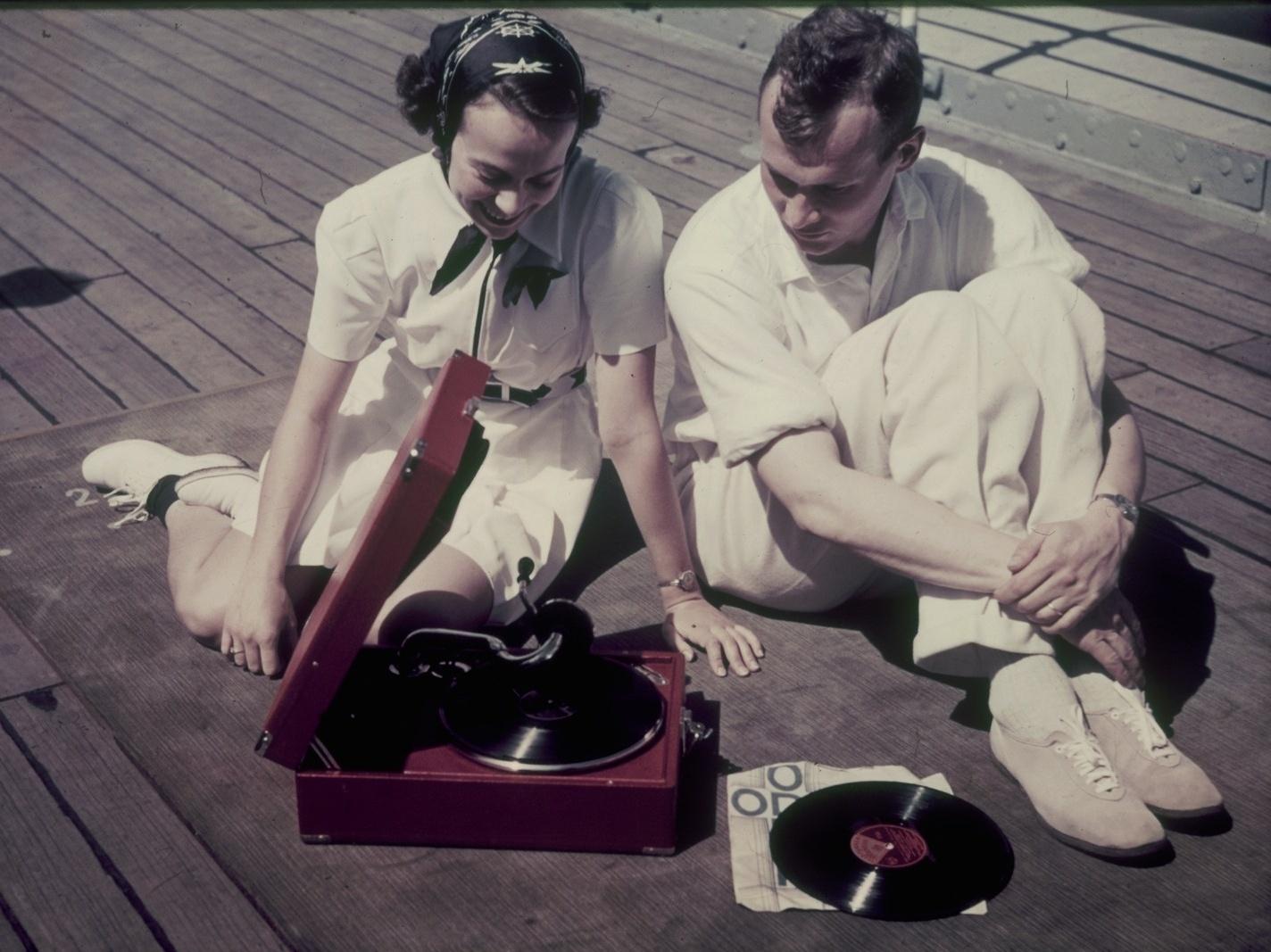 Молодая пара с граммофоном на палубе пассажирского судна