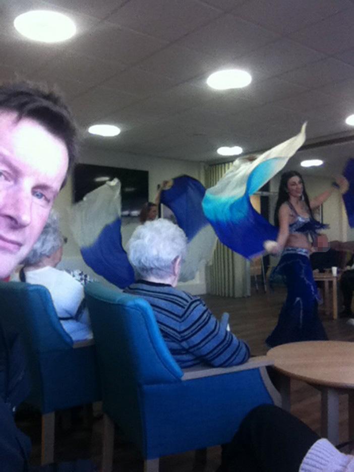 Британским пенсионерам устроили шоу с танцем живота