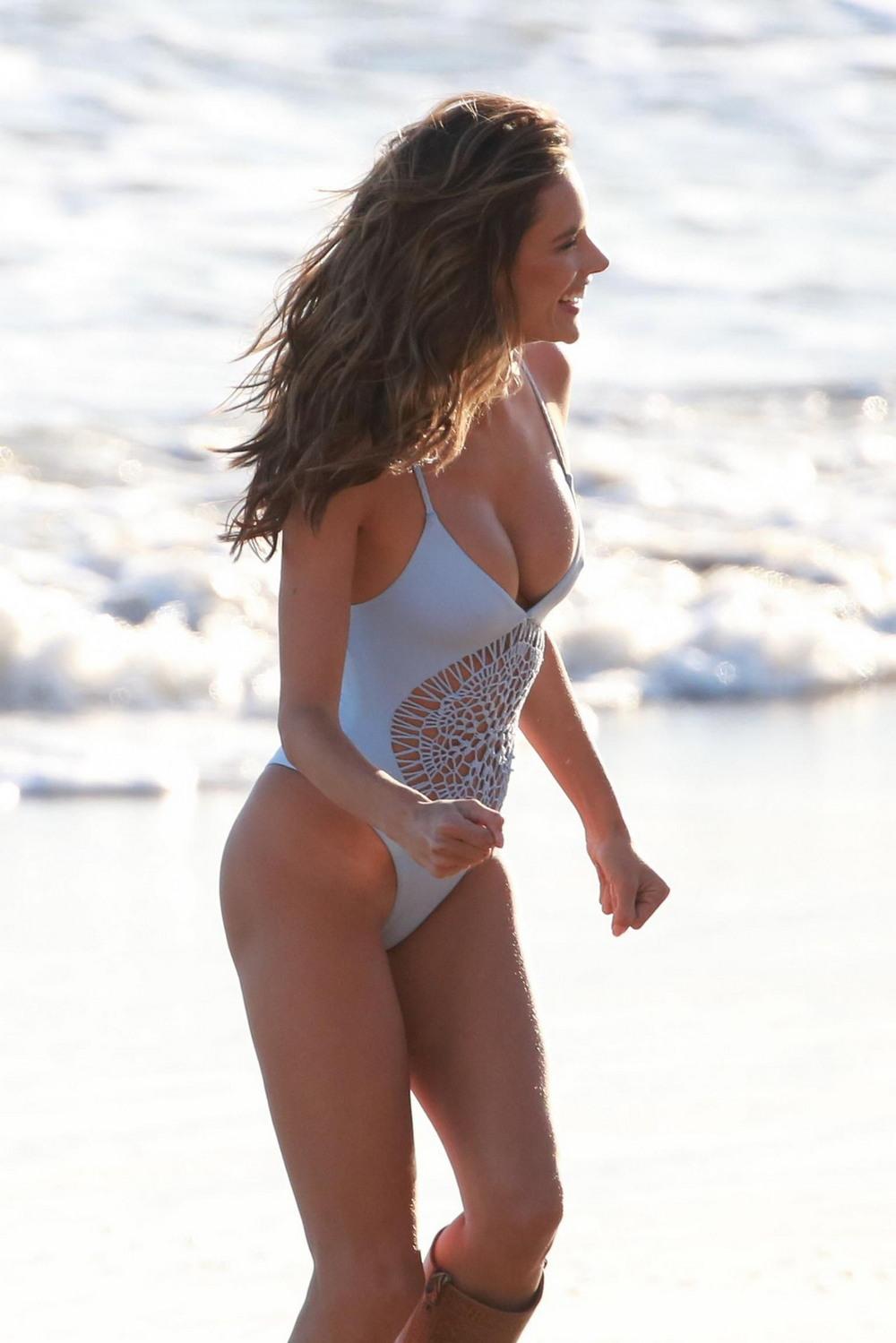Алессандра Амбросио в купальнике и сапогах на пляже