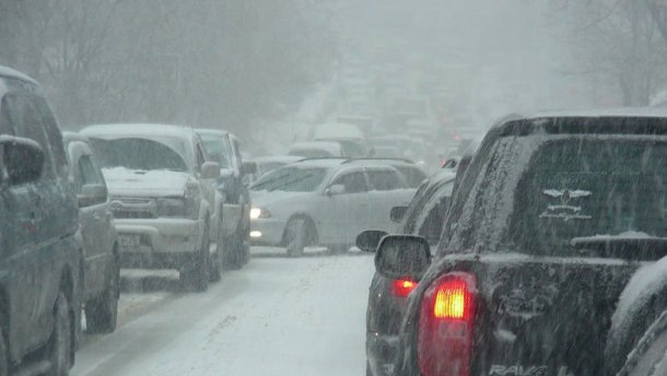 «Внезапный» снег вновь парализовал движение вКиеве
