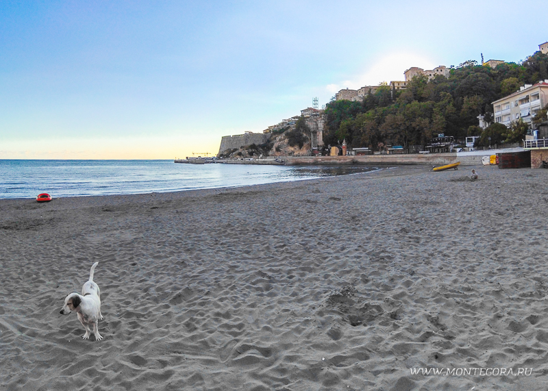 Городской пляж Ульциня имеет песчаное покрытие