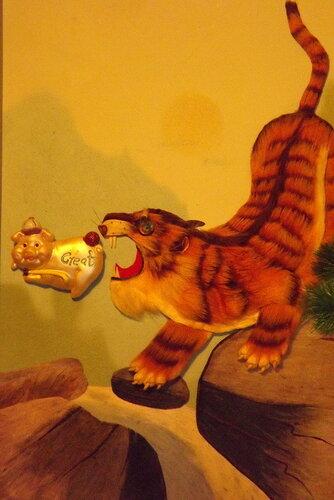 Смелый поросенок показывает злому тигру задницу!