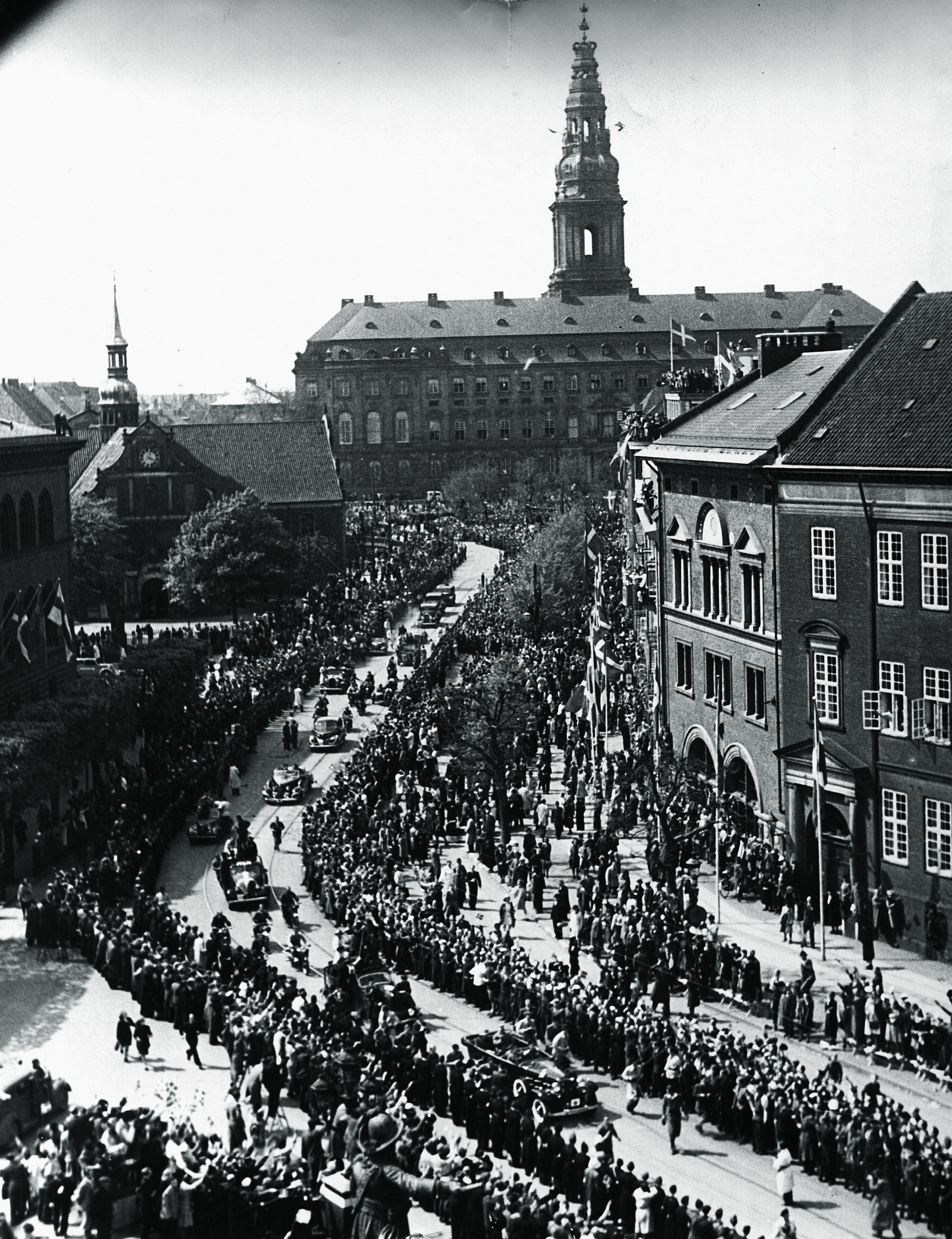1945. Король Кристиан Х и королева Александрина покидают Кристиансборг после открытия Ригсдагена (датский парламент) 9 мая