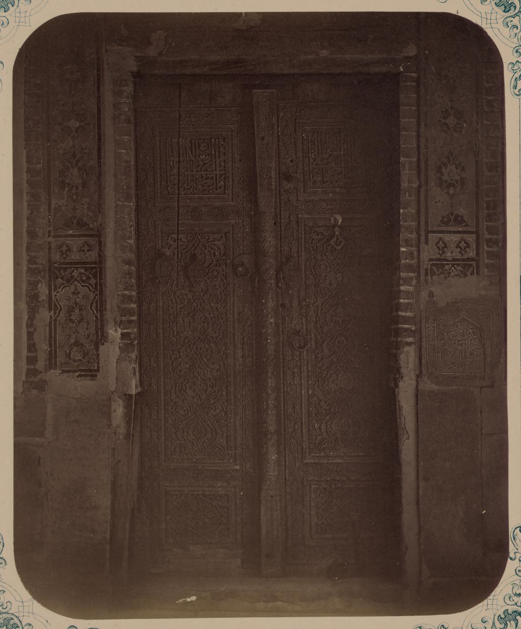 Внутренняя часть чартака. Дверь из чартака в мечеть (ханаку) Шах-Зиндэ