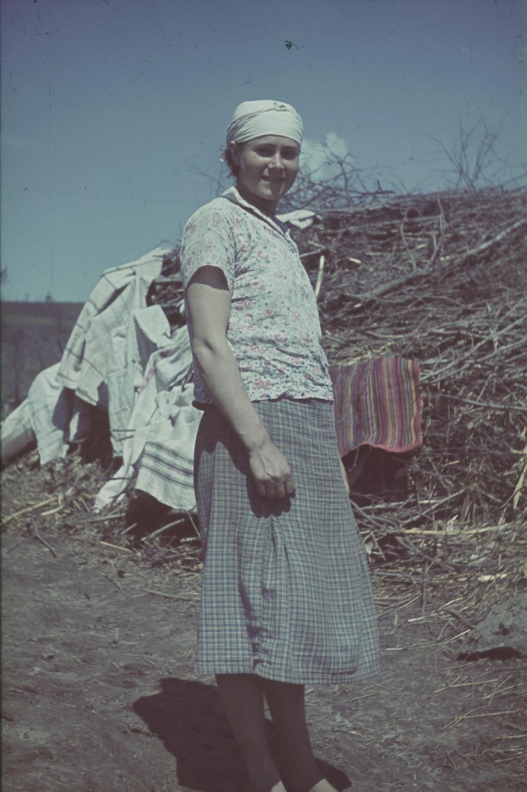 Молодая женщина  сушит белье