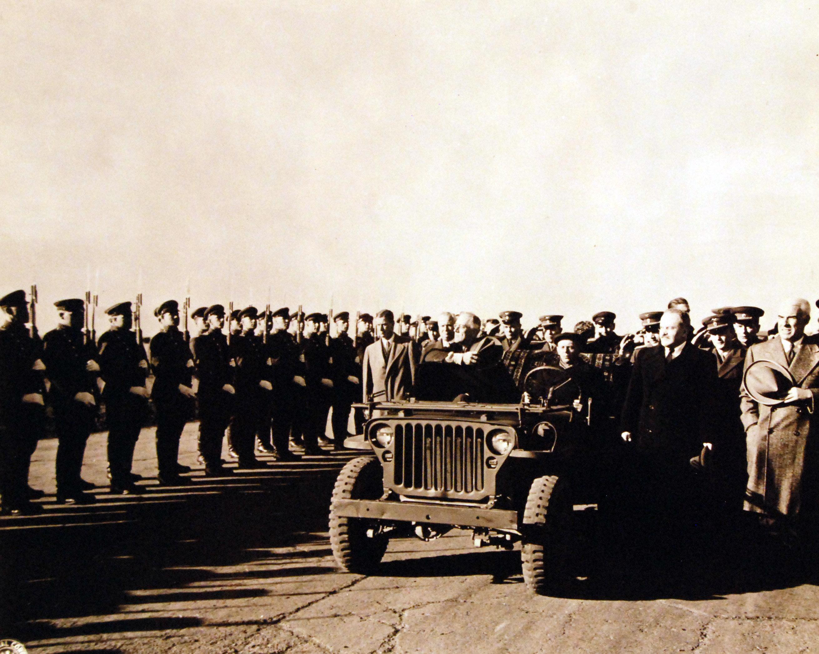 Президент Франклин Д. Рузвельт на джипе проезжает почетный караул в аэропорту