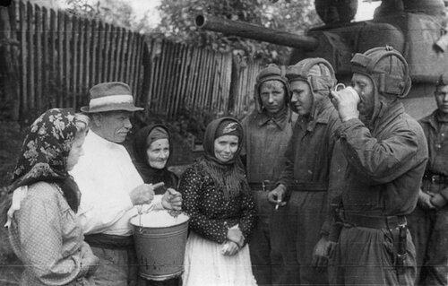 Местные жители угощают молоком экипаж танка Т-34 обр. 1943 г. из  10-го гв.ТК. Львовская обл., 1944 год.
