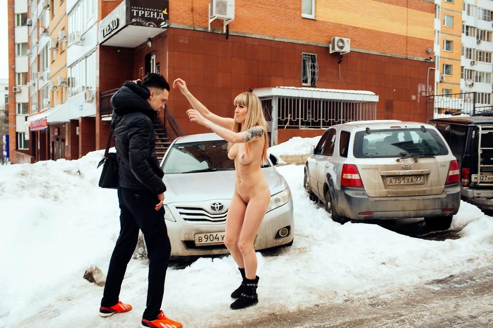 Голая Стелла хулиганит на зимних улицах Хабаровска