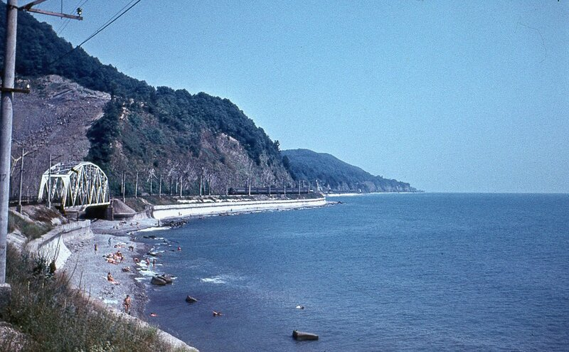 Поезд едет вдоль Чёрного моря