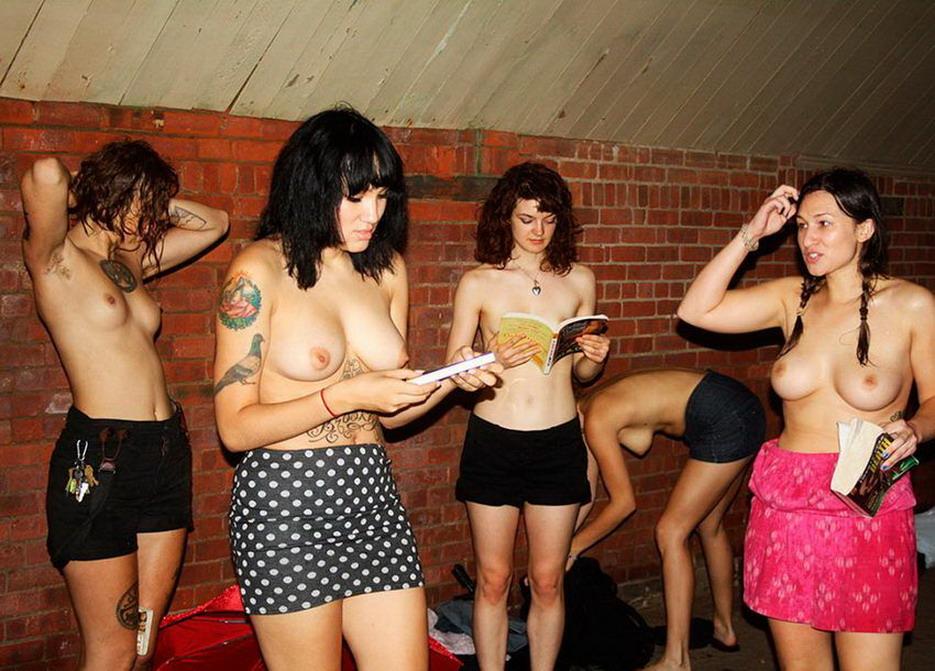 Клуб любителей почитать топлес