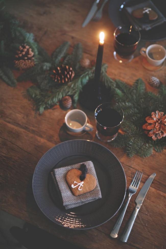 © himla  Для украшения стола можно положить натарелку каждому гостю именную печеньку ввиде с