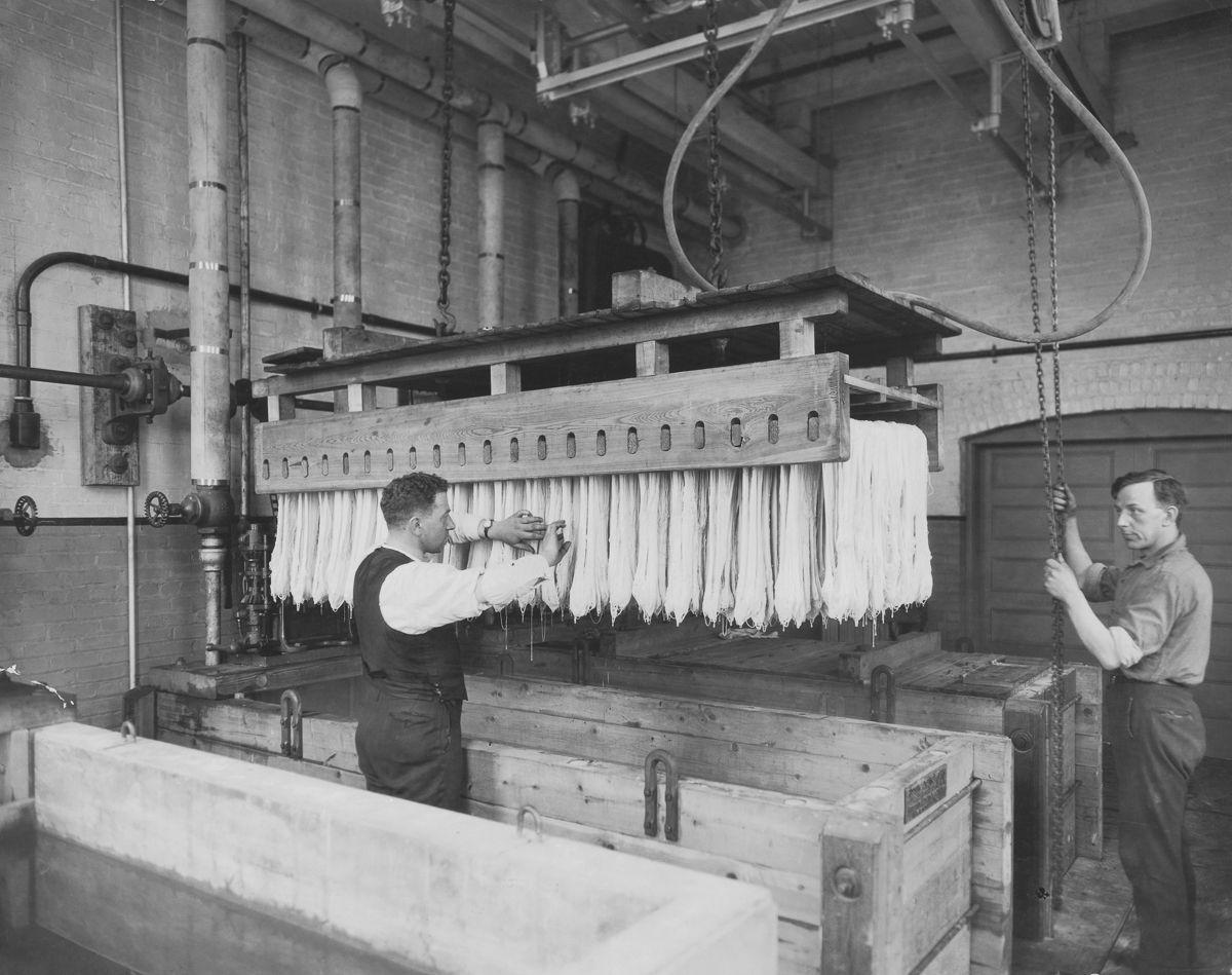 Работники фабрики пасты.