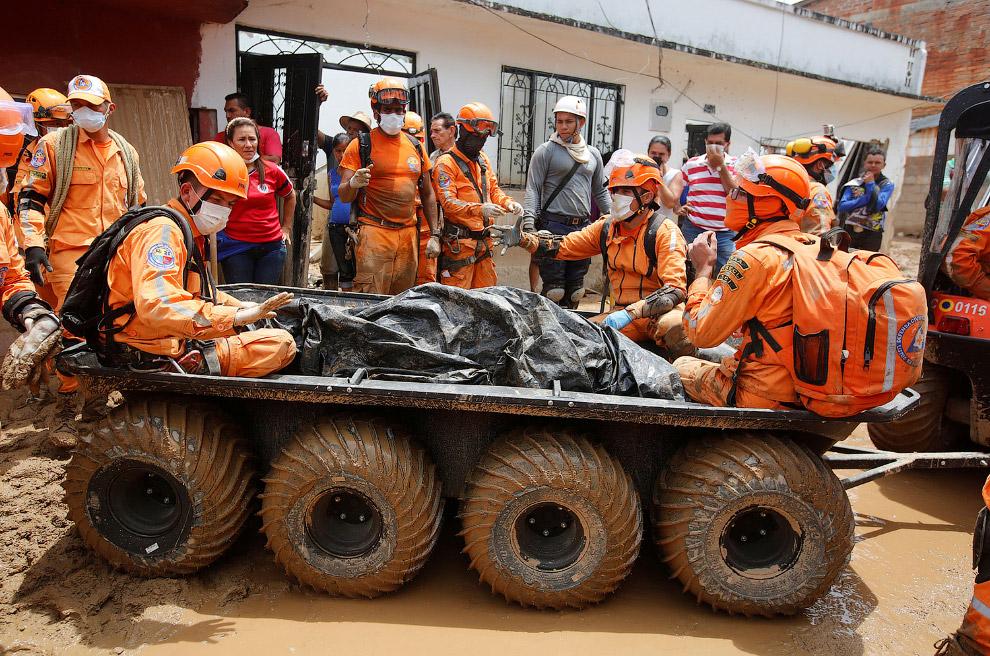 13. Гробы. (Фото Jaime Saldarriaga | Reuters):