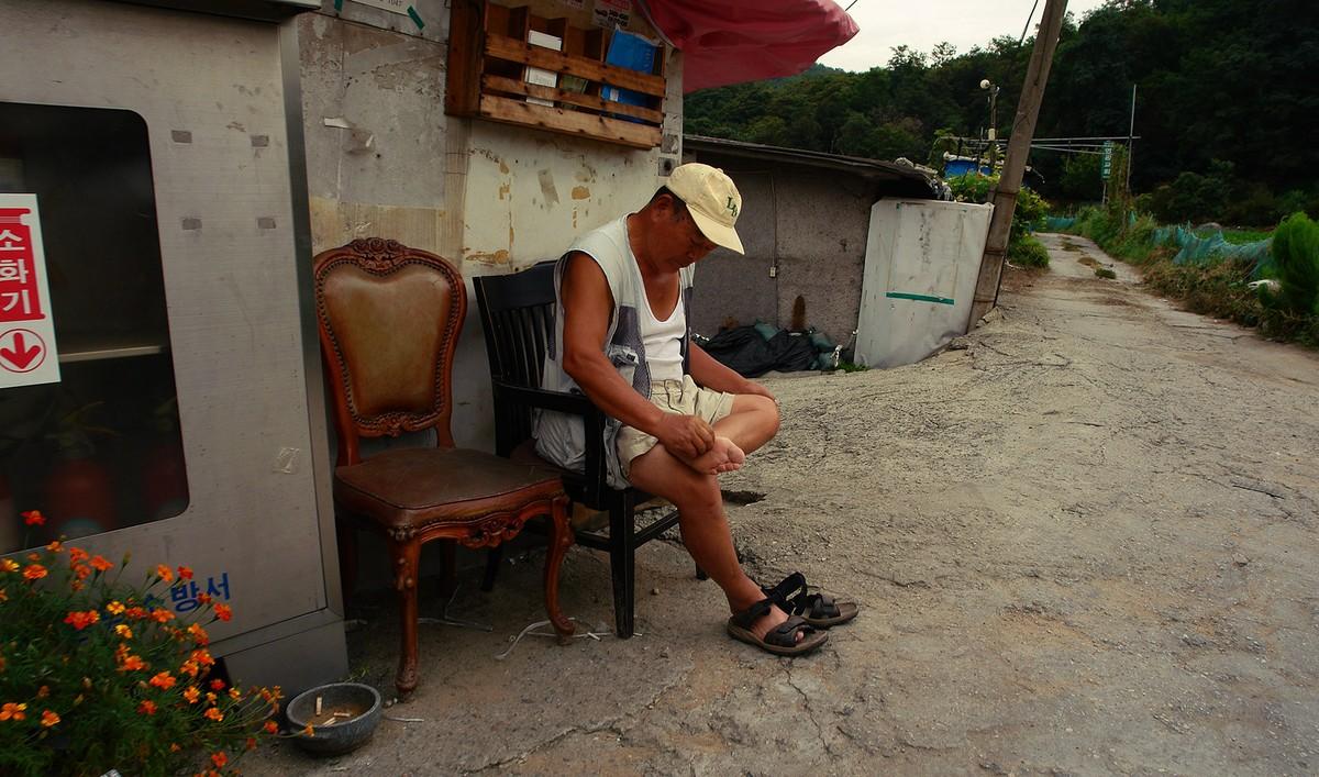 4. У одного из бараков сидел мужчина и чесал свою левую ногу. Оставим его в своей памяти — он нам ещ