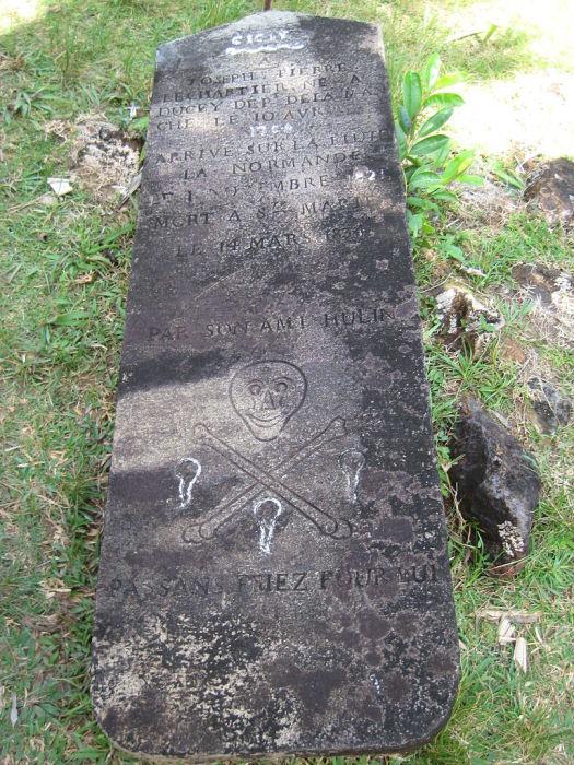 В этой могиле, согласно надписи, похоронен пират, убитый своими товарищами за воровство. «Просьба пр