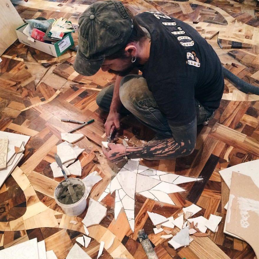 «Когда работа с деревом была закончена, принялся за орнаменты птиц. Для этого использовал части кера