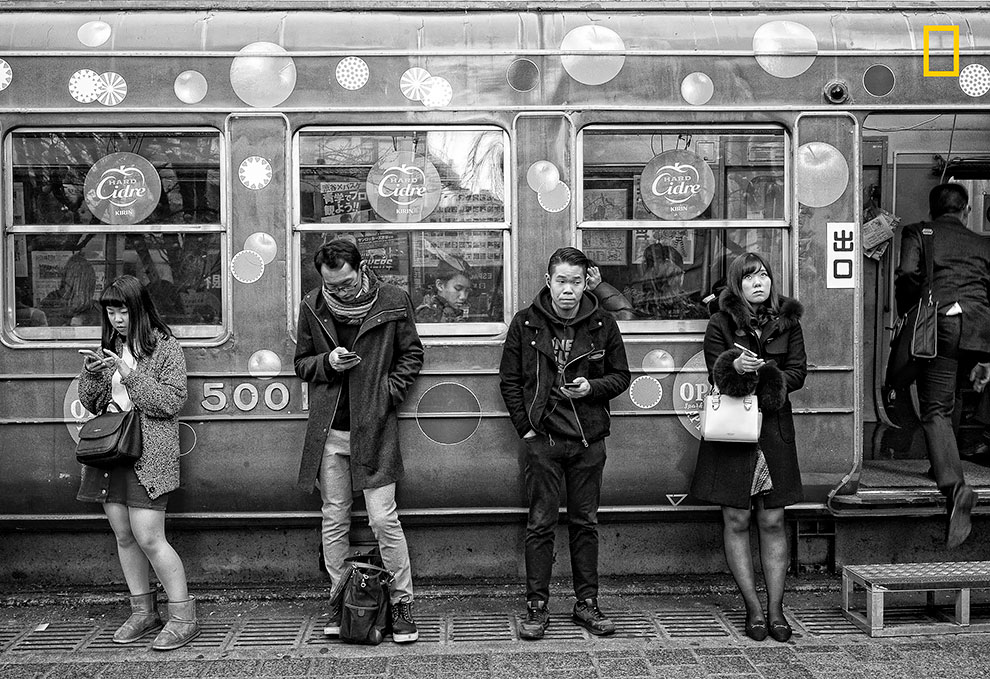 «Популярное место встречи в Токио». Хиро Курасина: «Две девушки и двое мужчин кого-то ждут возле спи