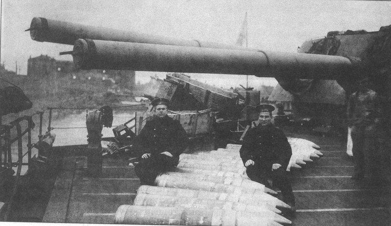 Погрузка 305-мм снарядов на линкор «Гангут». 1914 г.
