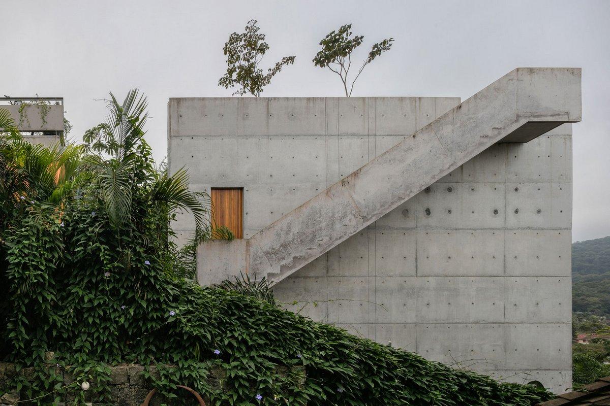 лестница на фасаде частного дома