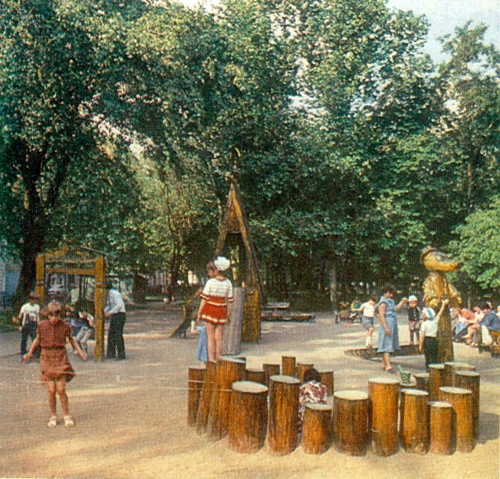 103794 Детская площадка на Тверском бульваре нач 80-х.jpg