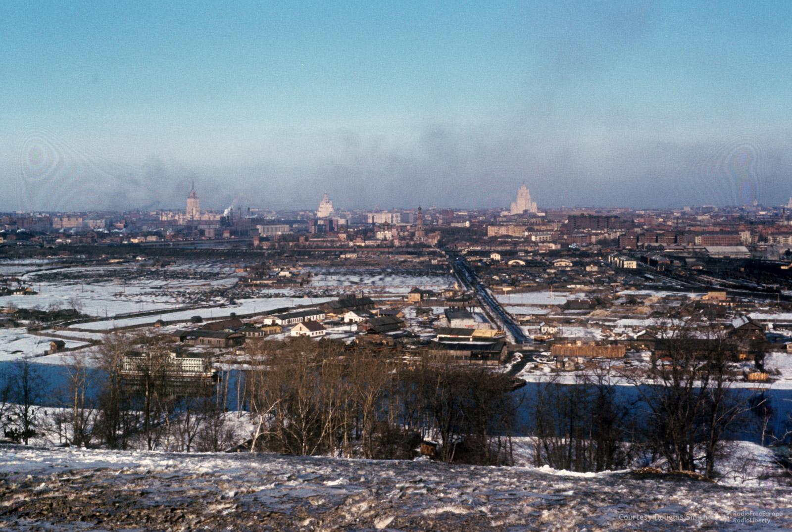 31. Вид с Ленинских гор на Новодевичий монастырь (в центре) и три из семи сталинских высоток