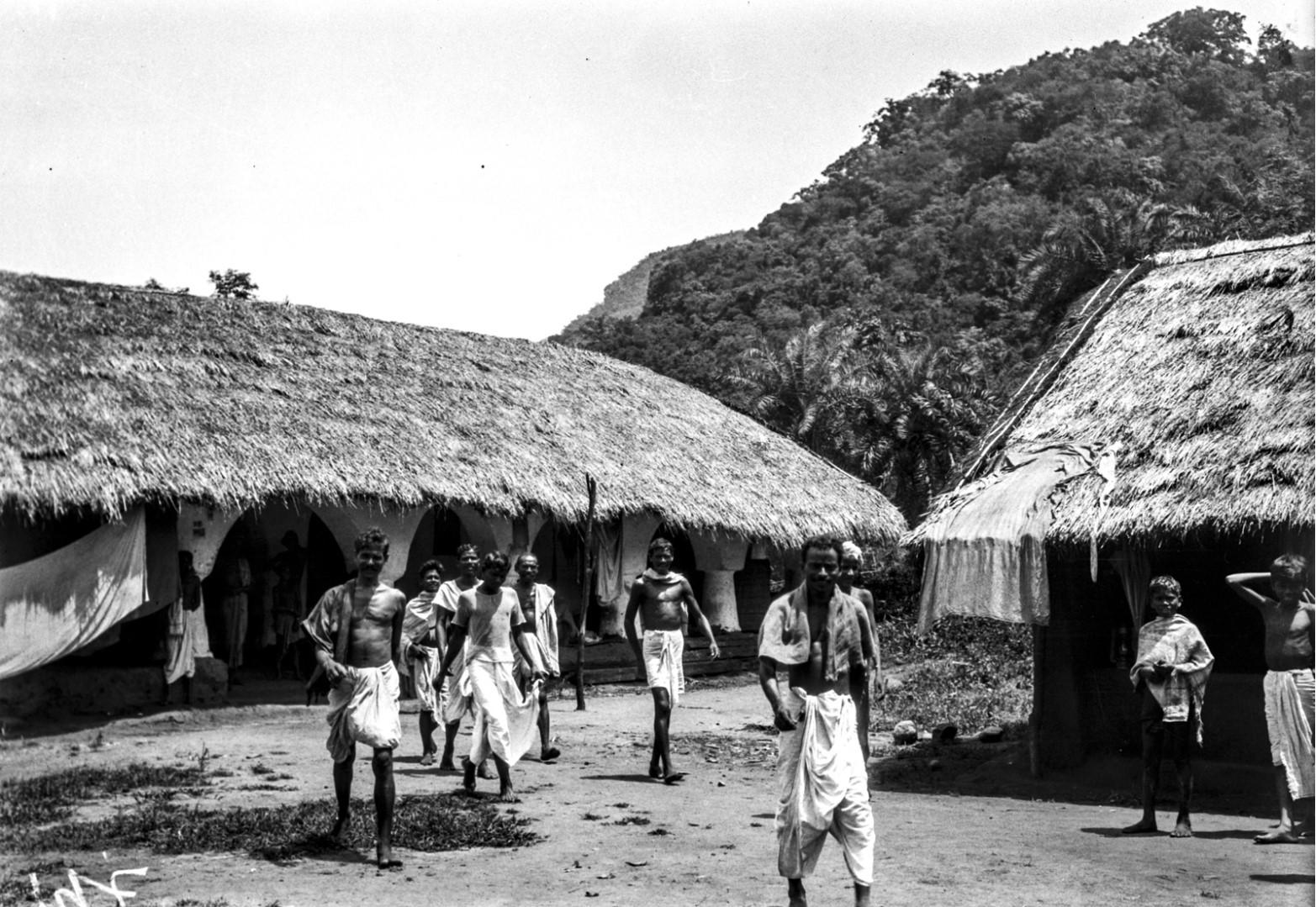 806. Гайба. Группа мужчин возле крытых соломой домов