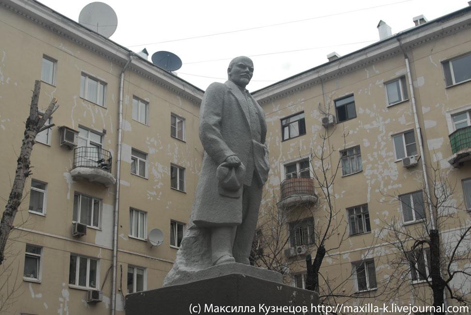 Ленин во дворе