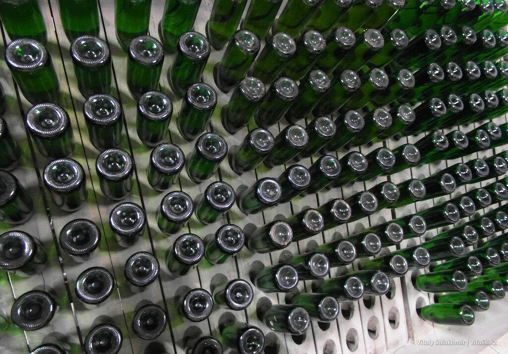 Бутылки шампанского Бахус на пюпитре