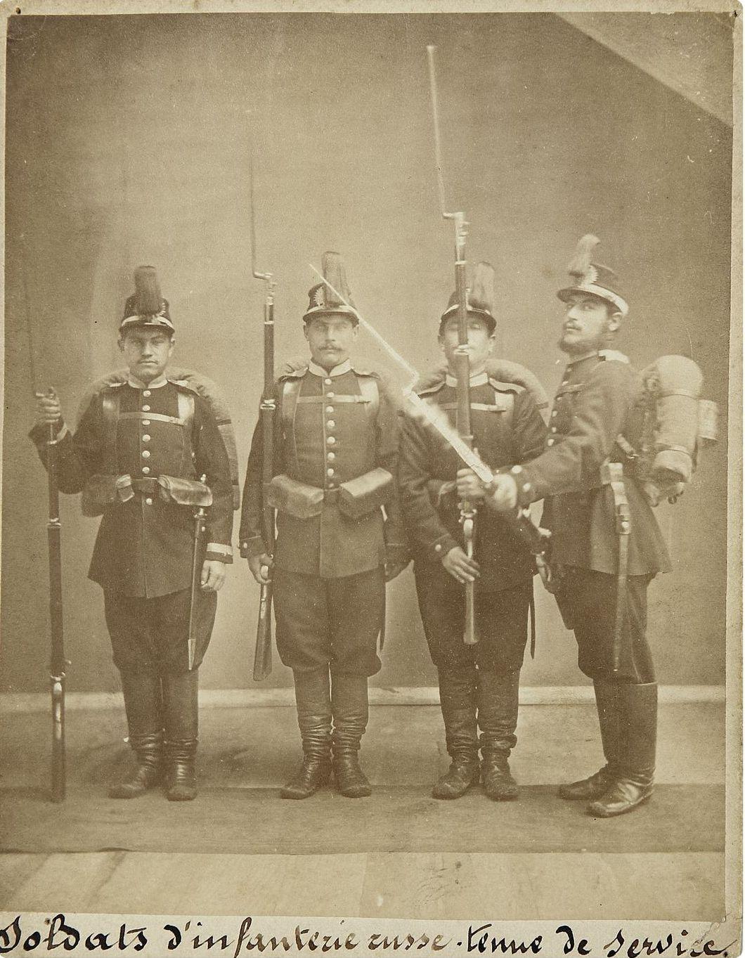 Фото рядовых и унтер-офицера пехоты Российской Императорской армии. 1870-е